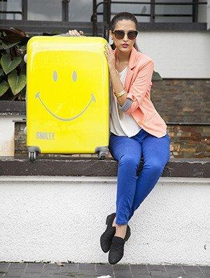 SM-002Y_Smiley_Classic_Luggage_lifestyle_03_1024x1024